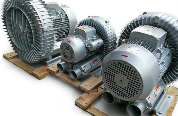 产品概述: 本厂为专注于XGB型旋涡气泵生产的厂家,生产的XGB型旋涡气泵采用进口主机,性能强劲,静音省电,节能高效,使用简单。除热销的XGB型旋涡气泵之外,本厂还生产:高压小型气泵、电动高压充气泵、微型抽气泵、12v小型气泵、电动氧气泵、30高压气泵、高压脚踏充气泵、高压呼吸充气泵等,欢迎新老顾客咨询选购! XGB型旋涡气泵图片:      XGB型旋涡气泵详细介绍: XGB型旋涡气泵风量计算: 风量(Q):所谓风量(又称体积流率)指的是风管之截面积所通过气流之流速,一般在使用上以下式来表示: Q=60